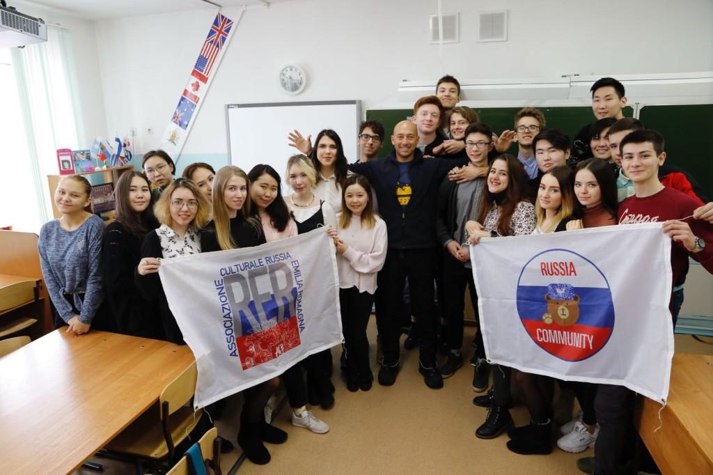 Paolo con gli studenti della scuola n°5 di Yakutsk - Russia